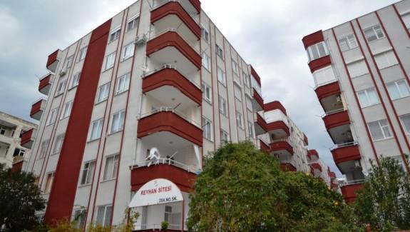НЕДОРОГАЯ ТРЁХКОМНАТНАЯ КВАРТИРА В АЛАНЬЕ Квартира 2+1, площадью 90 кв.м. Включает 2 спальни, гостинуя, кухню открытого типа, совмещенный санузел, отдельный туалет, прихожуя, балкон с барбекю. Расположена на 5-м этаже пятиэтажного дома. Квартира продается с мебелью и техникой. Комплекс находится в Махмутларе, в 200 метрах от моря. В шаговой доступности от комплекса расположены различные магазины, кафе и рестораны, банки, банкоматы, остановка автобуса, аптека, школа, детская игровая площадка.